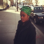 Inverno de turbante protegendo cabelo.
