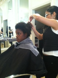 Eu fazendo o Big Chop. Estava com cabelo em transição repare as pontas lisas.